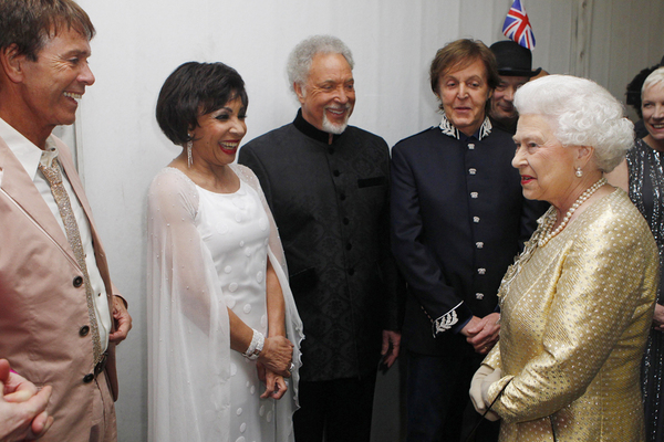 Queen Elizabeth II trifft (von links nach rechts) Sir Cliff Richard, Dame Shirley Bassey, Sir Tom Jones und Sir Paul McCartney backstage w�hrend des Konzertes zu ihrem Diamanten Thronjubil�um; Rechte: picture alliance / empics
