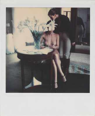 Helmut Newton: Untitled. 1976, Polaroid SX-70; Rechte: Helmut Newton Estate