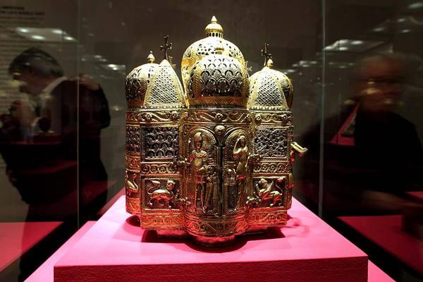 Ein Räuchergefäß aus vergoldetem Silber; Rechte: dpa