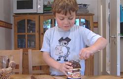 Kind aus der 'Sendung mit dem Elefanten' schmiert sich alleine ein Brot.; Rechte: WDR