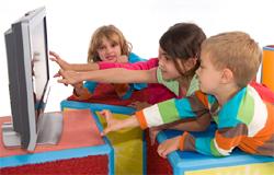 Viele Kinder sitzen vor einem Fernseher und greifen danach.; Rechte: WDR / H. Sachs