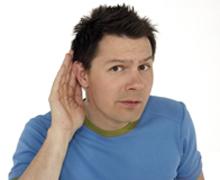 André Gatzke hält sich die Hand ans Ohr.; Rechte: WDR / Simin Kianmehr