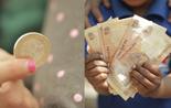 Ein Euro und fünf Rupien aus der 'Sendung mit dem Elefanten'; Rechte: WDR
