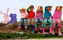 Viele Kinder sitzen zusammen mit Elefant und Hase auf einem Baumstamm.; Rechte: WDR