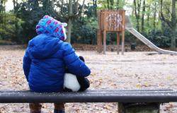 Kind auf einer Parkbank; Rechte: WDR/Sarah Dietsche