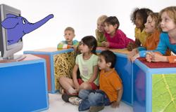 Viele Kinder vor einem Fernseher aus dem der Elefant aus der 'Sendung mit dem Elefanten' ragt.; Rechte: WDR / H. Sachs