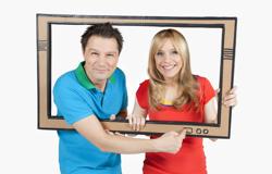Tanja Mairhofer und André Gatzke aus der 'Sendung mit dem Elefanten' mit einem Pappfernseher.; Rechte: WDR
