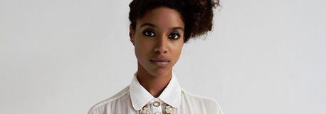 Portraitfoto von Lianne La Havas vor einer weien Wand; Natalie Arnett