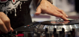 Ein DJ steht am digitalen Mixer; WDR