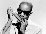 Stevie Wonder mit Mundharmonika, 1967; picture-alliance/lEverett Collection