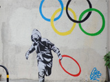 Graffiti von Banksyin London: Mann klaut einen Olympia-Ring; dpa / picture alliance
