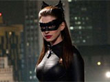 Szene: Catwoman (Anne Hathaway) steht vor einem Gelnder; Warner