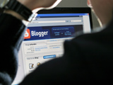 Blogger am Computer; dpa / picture alliance
