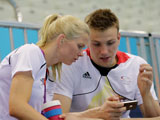 Deutsche Schwimmer mit Handy; dpa / picture alliance