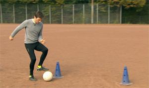 Training, Johannes dribbelt Ball durch aufgestellte Hütchen.; Rechte: WDR