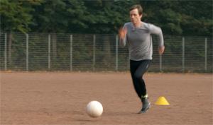Training, Johannes läuft mit Ball.; Rechte: WDR