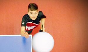 Rafa wirft Ball zum Aufschlag hoch.; Rechte: WDR