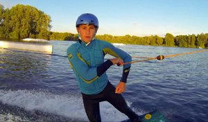 Max auf dem Wakeboard während der Fahrt.; Rechte: WDR