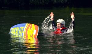 Johannes kiegt mit Wakeboard im Wasser.; Rechte: WDR