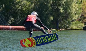 Johannes bei Sprung mit Wakeboard; Rechte: WDR