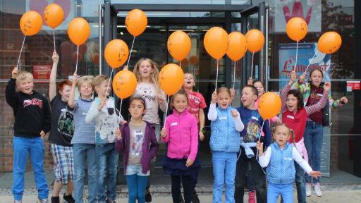 Kinder mit Mausluftballons.