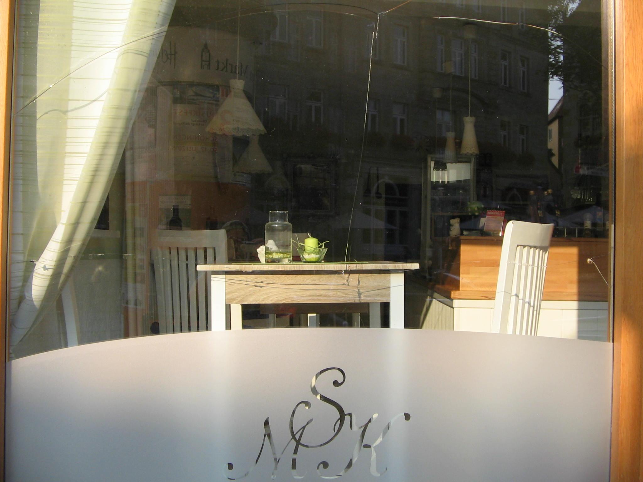 Blick durch Fenster in Restaurant.