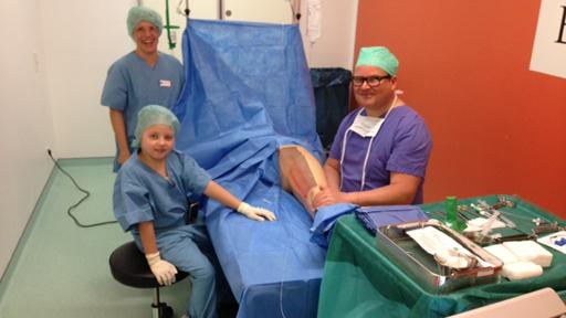 Ein Kind, Eine Krankenschwester und ein Arzt im OP-Raum.