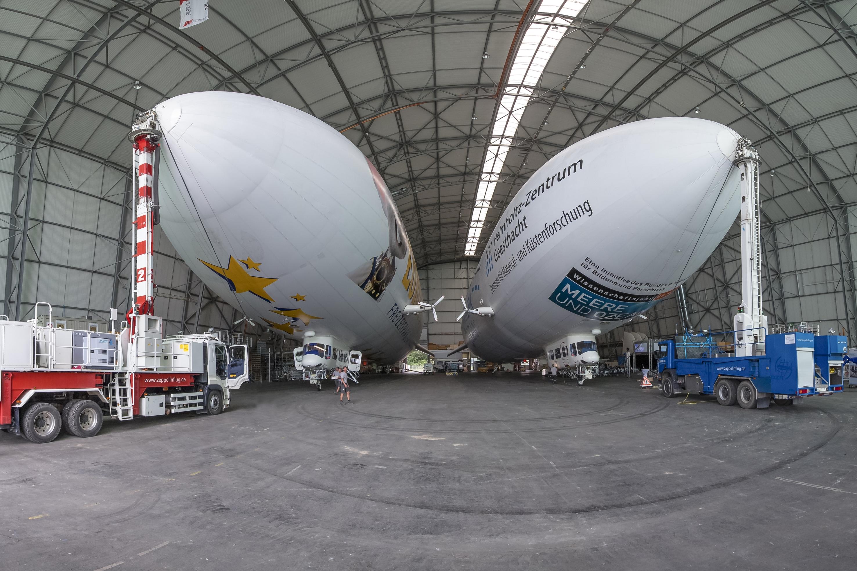 Zwei Zeppeline in Hangar.