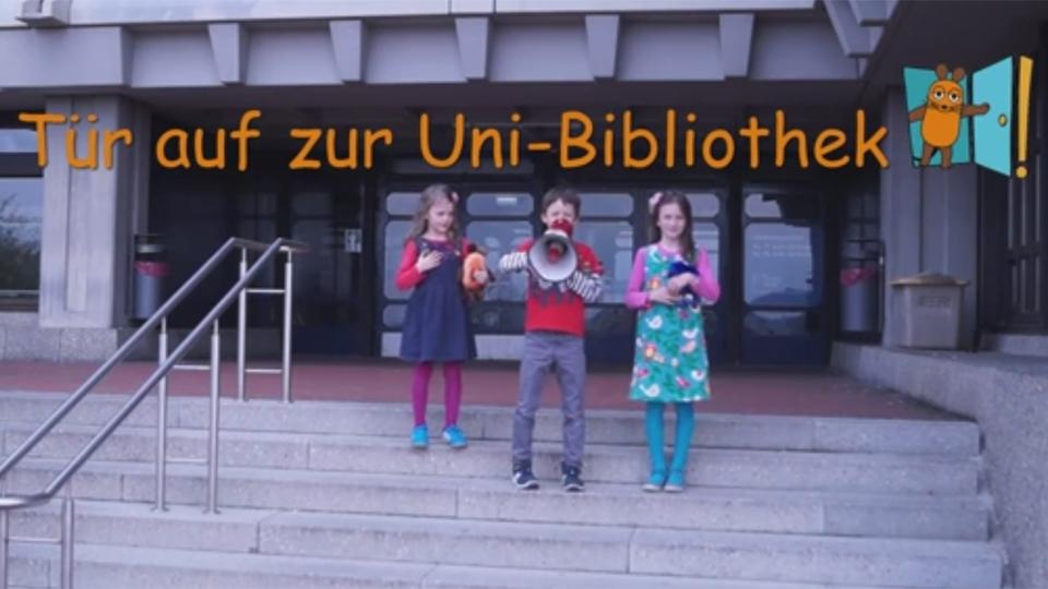 Kinder stehen auf Treppe zur Bibliothek