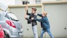 Ein Junge versucht mit Hammer auf ein Auto einzuschlagen, ein zweiter Junge hält ihn zurück.; Rechte: WDR