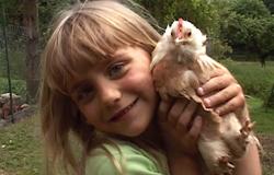 Roxanna stellt in der 'Sendung mit dem Elefanten' ihr Hühner vor.; Rechte: WDR