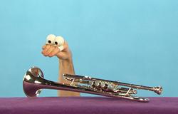 Händchen aus der 'Sendung mit dem Elefanten' mit einer Trompete.; Rechte: WDR