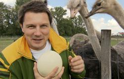 André aus der 'Sendung mit dem Elefanten' mit einem Straußenei.; Rechte: WDR
