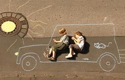 Kinder aus der 'Sendung mit dem Elefanten' fahren ein Kreideauto. (Bildrechte: WDR)