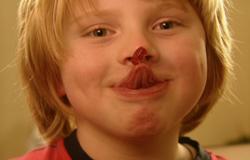 Max aus der 'Sendung mit dem Elefanten' holt sich mit der Zunge ein Gummibärchen von der Nase.; Rechte: WDR