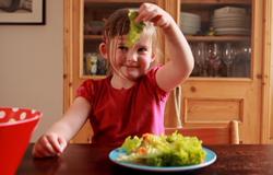 Kind isst Salat. (Bildrechte: WDR)