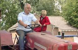 Ein Junge fährt in der 'Sendung mit dem Elefanten' mit seinem Opa auf einem Traktor. (Bildrechte: WDR)