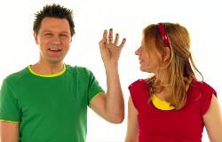 Tanja und André aus der 'Sendung mit dem Elefanten' zeigen einen tollen Trick, wie man an einer Hand bis 12 zählen kann. (Bildrechte: )
