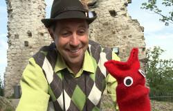 David und Red aus der 'Sendung mit dem Elefanten' machen einen Ausflug zu einer Burg.  (Bildrechte: )