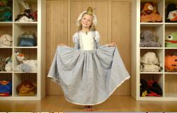 Olivia aus der 'Sendung mit dem Elefanten' hat sich als Burgfräulein verkleidet. (Bildrechte: WDR)