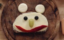 In der 'Sendung mit dem Elefanten' entsteht aus einer Scheibe Brot, Kaese und Gemuese ein lachendes Brotgesicht. (Bildrechte: WDR)