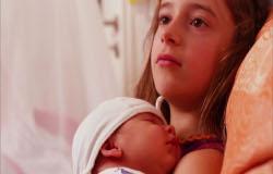 In der 'Sendung mit dem Elefanten' hält Ella ihren kleinen Bruder Tonino im Arm. (Bildrechte: WDR)