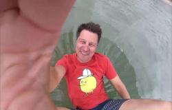 In der 'Sendung mit dem Elefanten' versucht André auf dem Wasser zu laufen.  (Bildrechte: WDR)