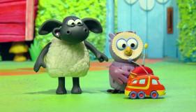 Timmy und Otis spielen mit eine ferngesteuerten Auto. (Bildrechte: WDR)