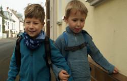 Zwei Freunde beim Gehen, die sich gegenseitig festhalten. (Bildrechte: WDR)