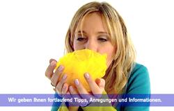 'Die Sendung mit dem Elefanten' mit Elternticker. Hier steht im Elternticker 'Wir geben Ihnen fortlaufend Anregungen, Tipps und Informationen.'.; Rechte: WDR