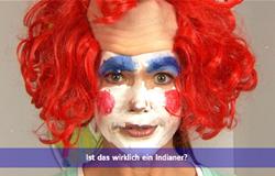 'Die Sendung mit dem Elefanten' mit Elternticker. Hier steht im Elternticker 'Ist das wirklich ein Indianer?' Auf dem Bild ist Anke Engelke als Clown verkleidet. (Bildrechte: WDR)