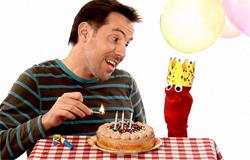 David und Red aus der 'Sendung mit dem Elefanten' mit einem Geburtstagskuchen. (Bildrechte: WDR)