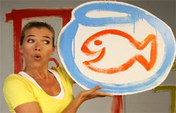 Anke Engelke hält ein gemaltes Glas mit einem Goldfisch hoch.; Rechte: WDR