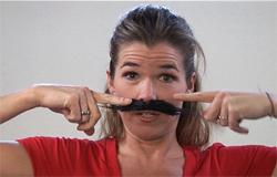 Anke Engelke hat einen aufgeklebten Bart im Gesicht.; Rechte: WDR